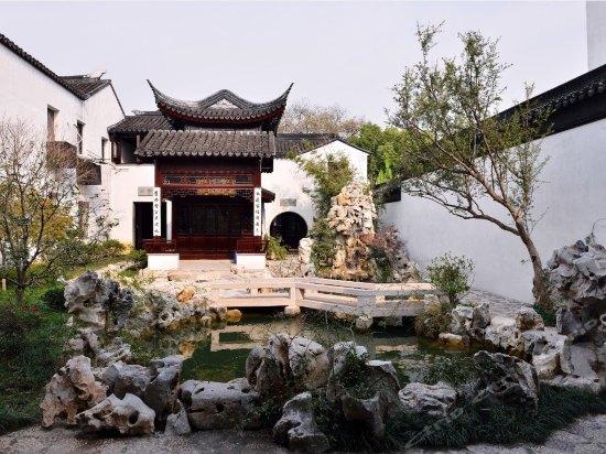 图片包含户外, 岩石, 建筑, 房子描述已自动生成