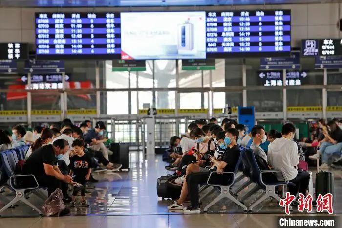 资料图:旅客在铁路上海站等待验票上车。殷立勤摄