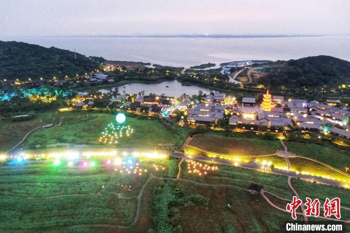 拈花湾夜色迷人。 泱波摄