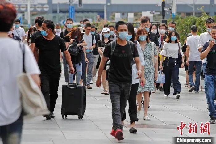 资料图:旅客乘坐列车抵达铁路上海站。殷立勤摄