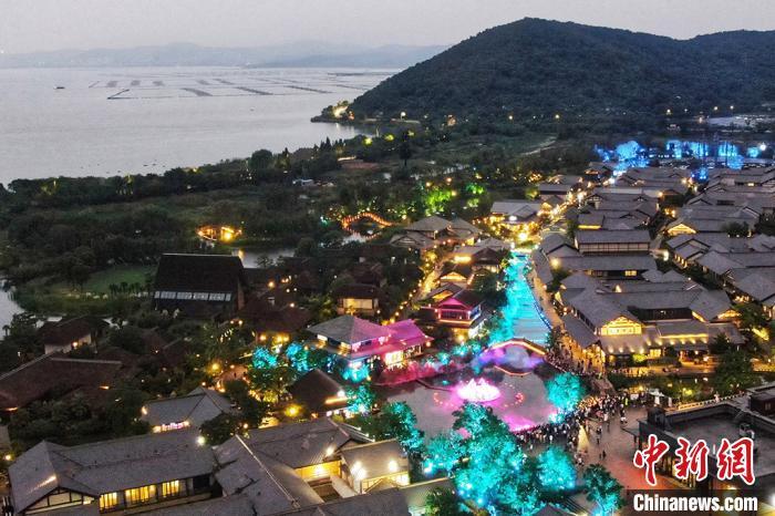 拈花湾位于无锡滨湖区,依傍美丽的太湖。 泱波摄