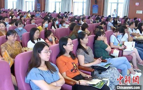 8月30日,全国家庭药师发展高峰论坛在扬州大学附属医院开幕。 崔佳明摄