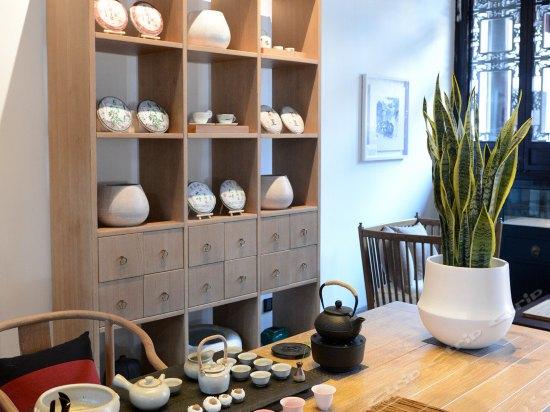 图片包含室内, 桌子, 窗户, 木描述已自动生成
