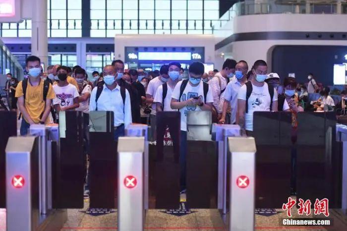 资料图:7月1日,旅客在重庆火车西站出行。陈超摄