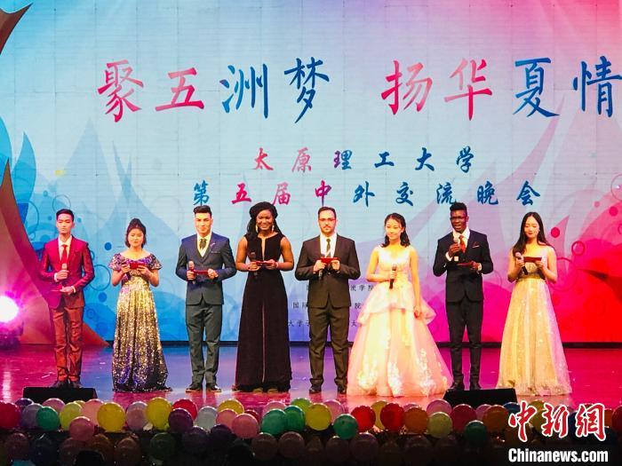 范文强(左一)参加太原理工大学第五届中外交流晚会。受访者供图