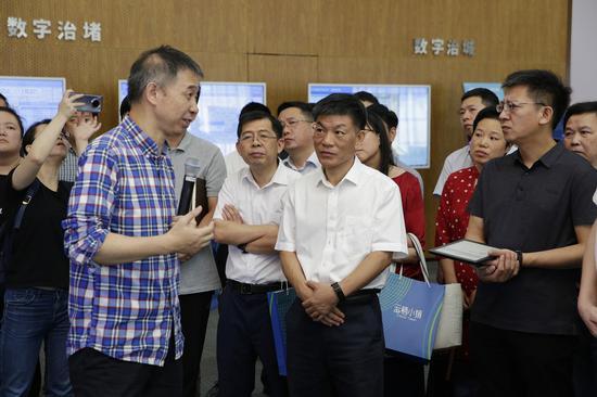 中国工程院院士王坚带领台州专班成员参观杭州城市大脑运营指挥中心并讲解城市大脑运行机制。梁穆摄
