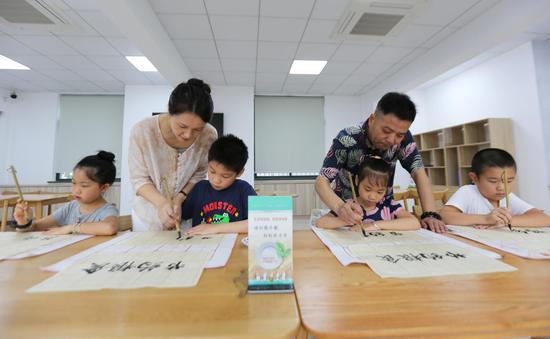 """环渚街道组织的""""学书法倡节粮""""活动施莉娜摄"""
