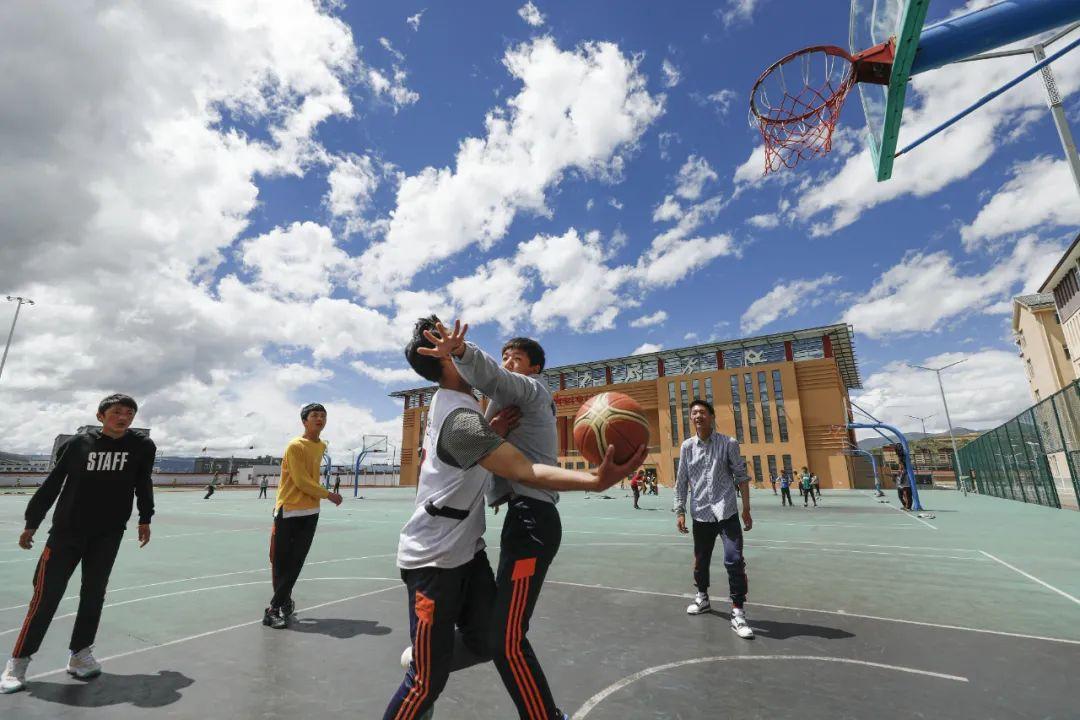 """学生在体育课上打篮球赛。微信公众号""""半月谈"""""""