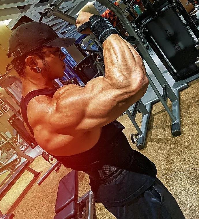 从瘦弱少年到肌肉猛兽,他是最强健身人!