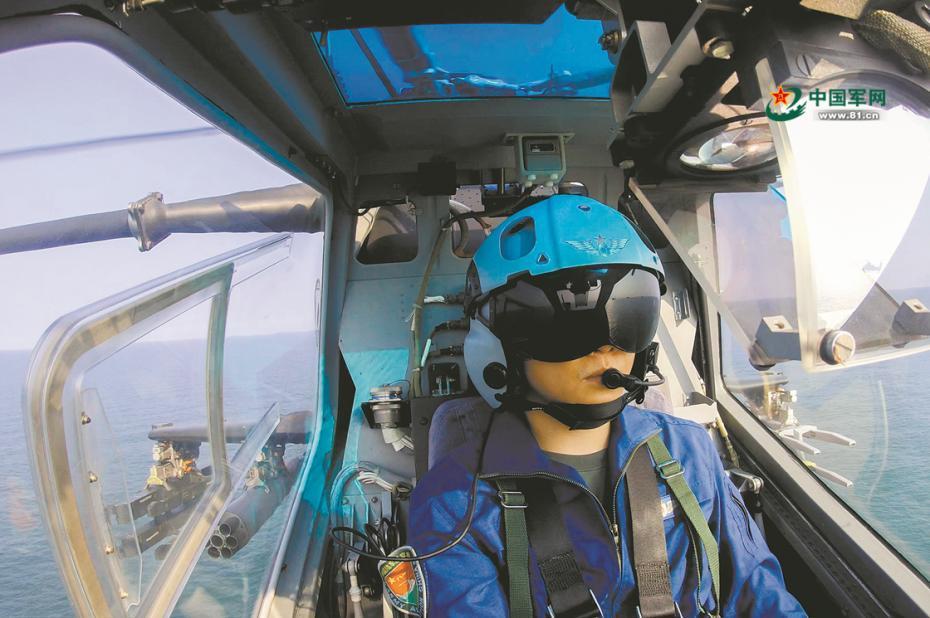 飞行员搜索海上目标。蕾茜 徐 洋 陆振宝摄影报道图片来源:中国军网