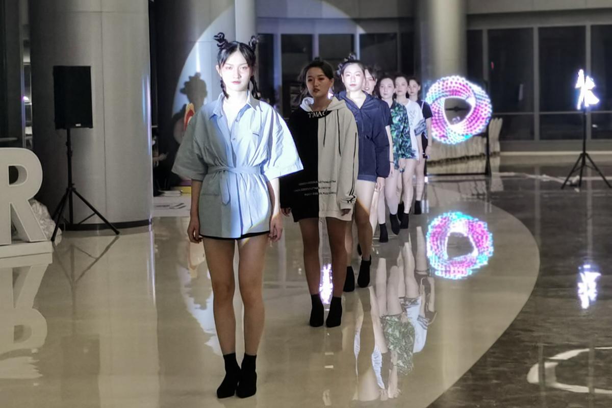 二次元虚拟人物登台,北外滩文化时尚发