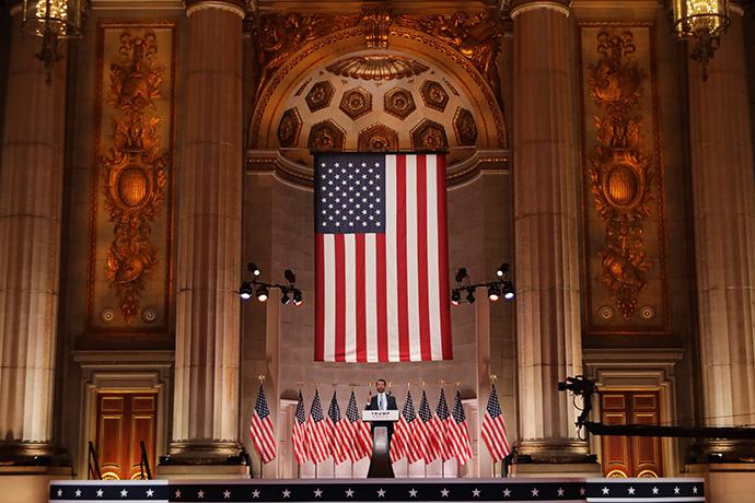 特朗普的长子小唐纳德·特朗普在梅隆礼堂发表演讲。