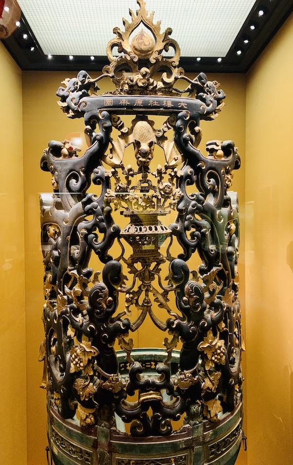 用于节日用的金漆木雕鼓架