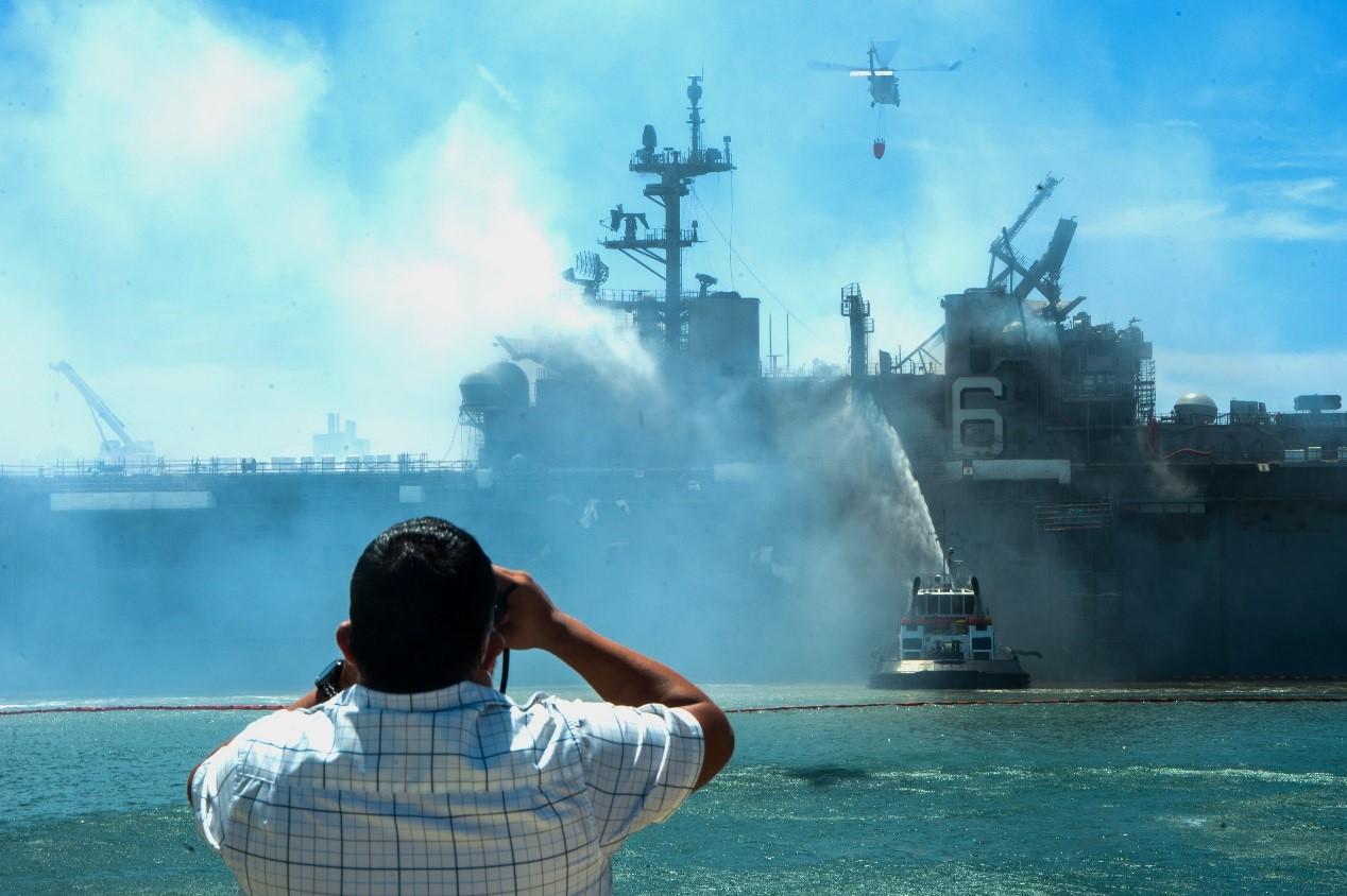 为了灭火浇注了大量的海水,军舰出现侧倾