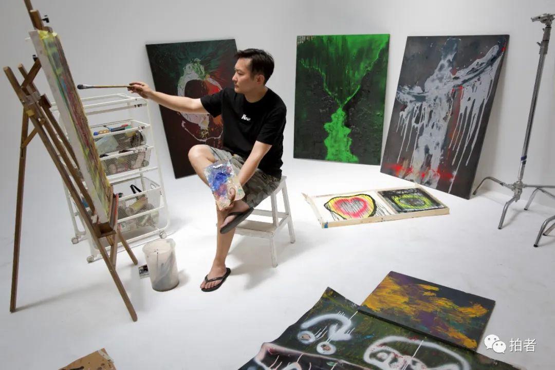 ▲6月30日,大永在影棚角落畫畫。因為業務縮減,大永多了些畫畫的時間。