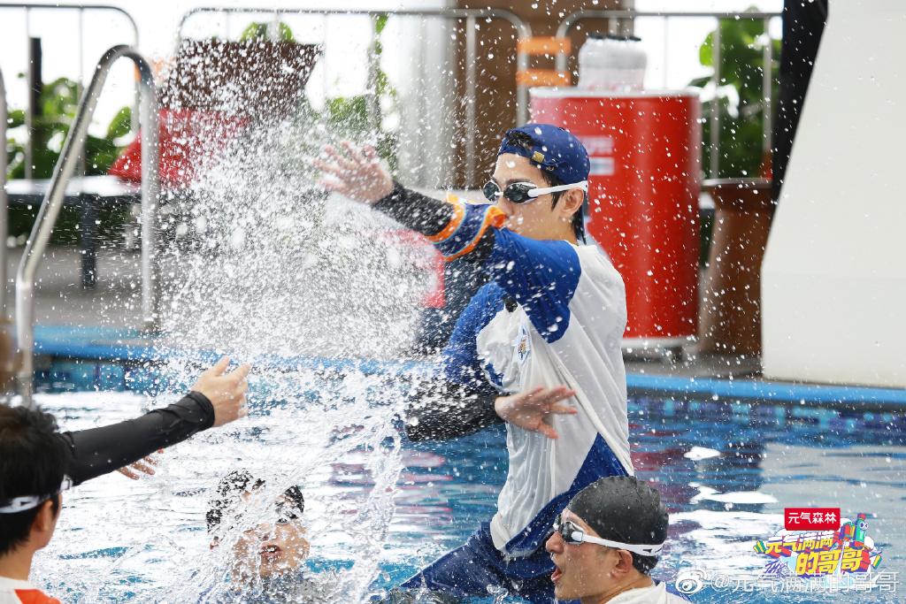 杨洋《元气满满的哥哥》剧照公开请把杨洋一直扔在水里