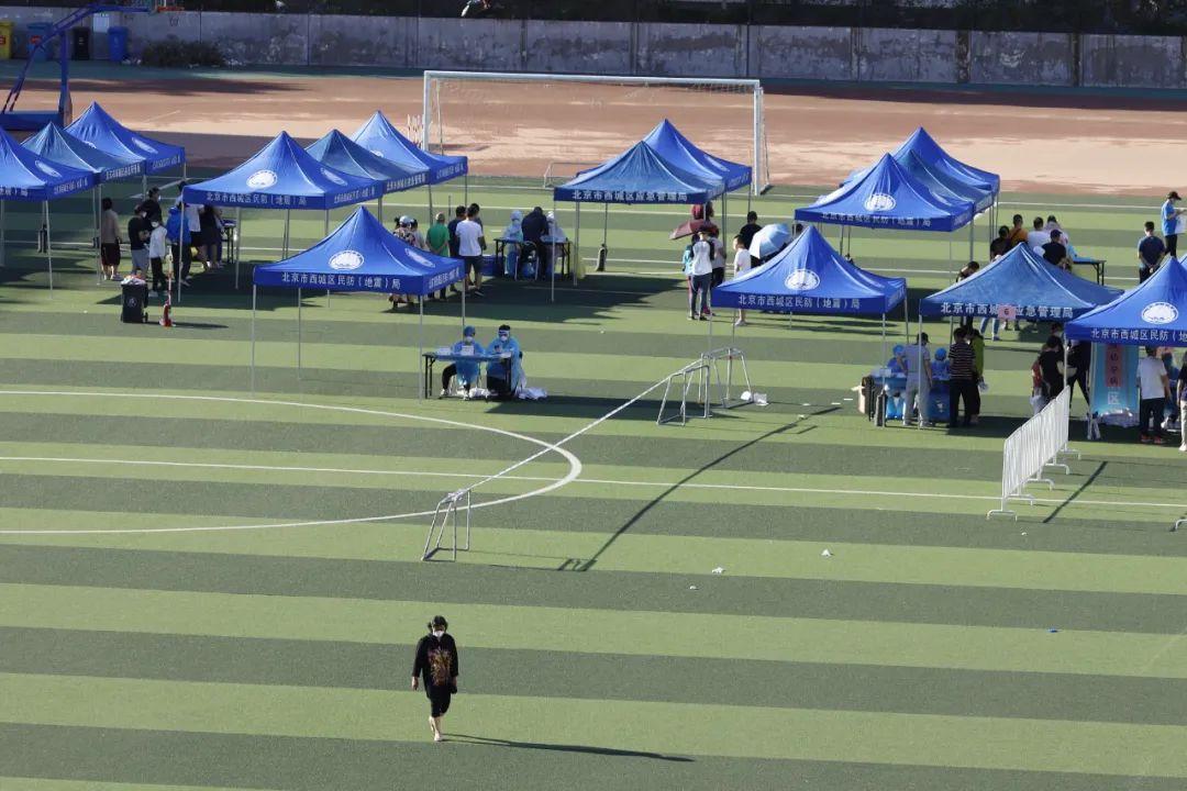 6月13日下午,北京市民来到西城区广安体育中心和丰台区佑安医院核酸检测点进行核酸检测。环球时报英文版记者李昊/摄