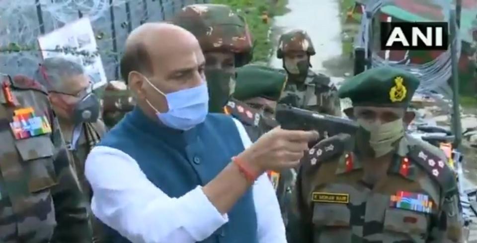 枪都不会拿?印度防长视察部队闹笑话,错误持枪惨被喷