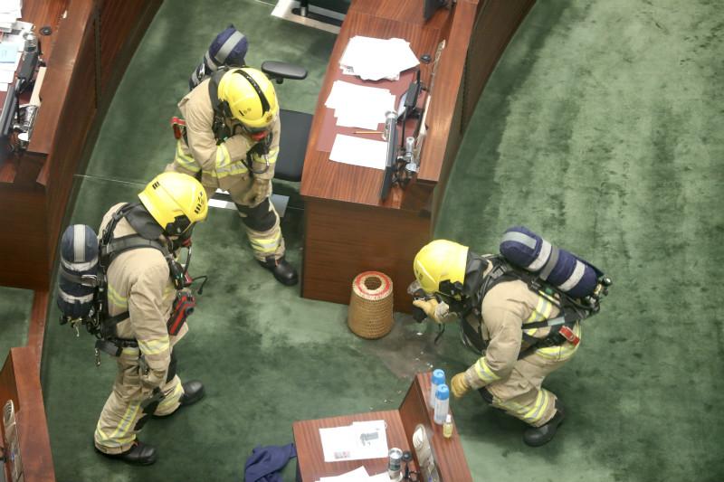 """消防员到场对不明液体进行调查 图自""""橙新闻"""""""