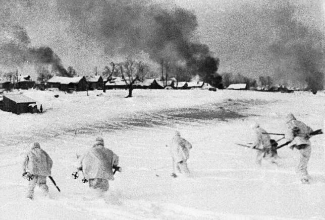 上图_ 莫斯科郊外,红军战士进攻被德军占领的村庄