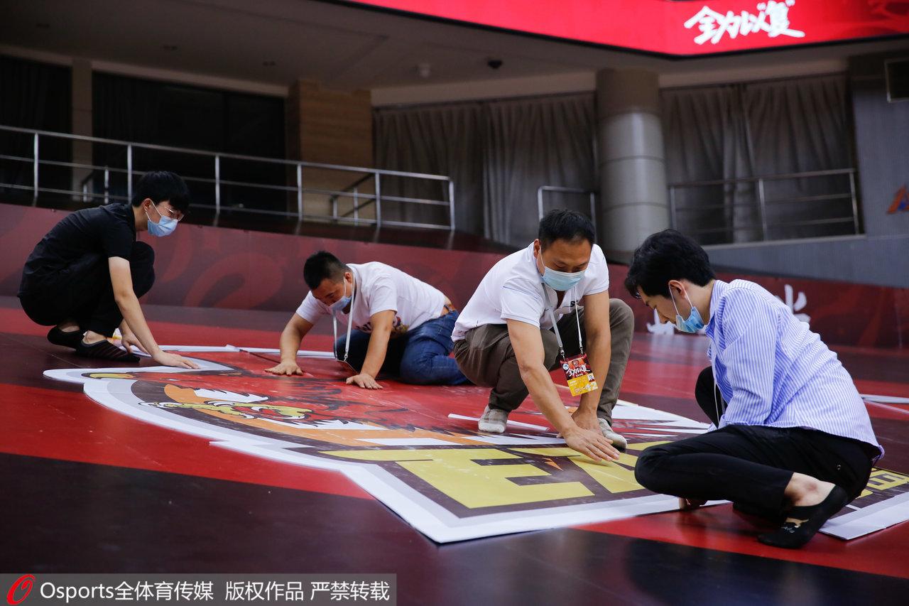 工作人员进行赛前布置。