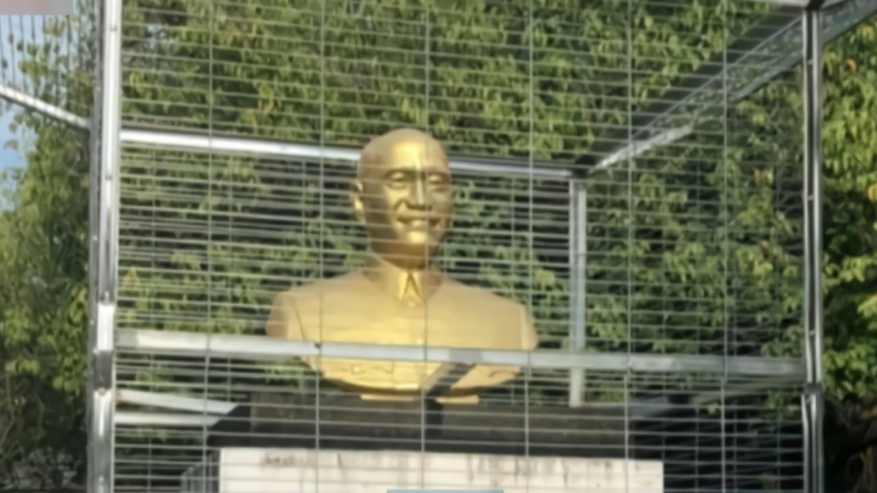 """民进党当局把黑手伸进校园,台湾彰化县一蒋介石铜像被""""关""""铁笼"""