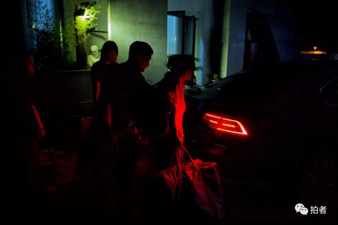 ▲6月28日晚上11點,大永(右二)送走了在工作室拍攝完產品的客戶。
