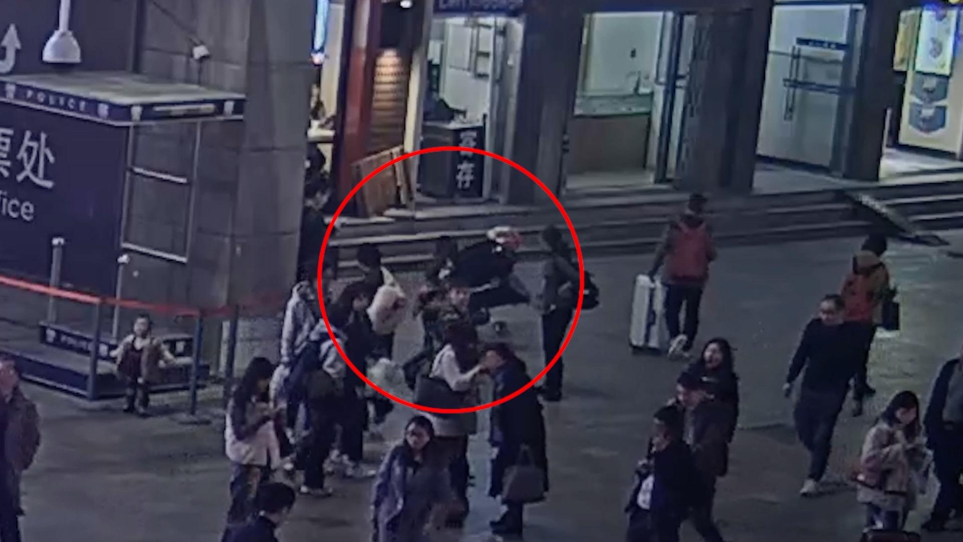 上海火车站前抱起孩子就跑,女子拐骗儿童获刑一年半