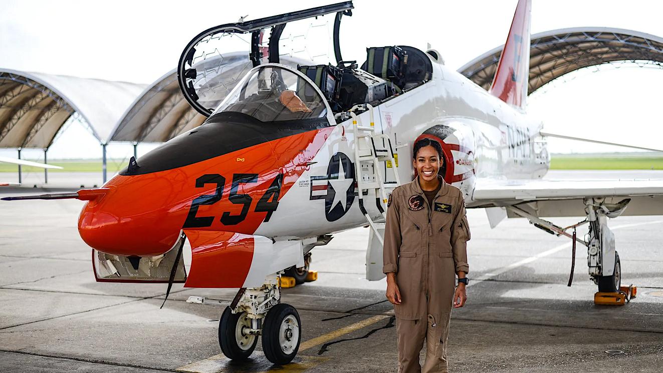 【赶驴网事件】_史无前例!美国海军首位非裔女性战斗机飞行员诞生
