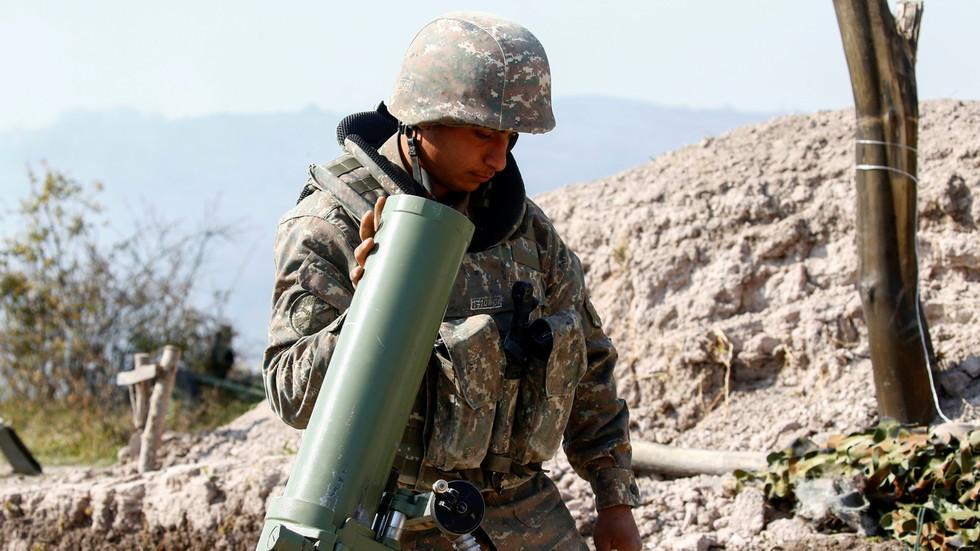 """亚美尼亚士兵在""""纳卡""""地区冲突前线对抗阿塞拜疆武装部队"""