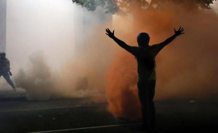 波特兰街头的抗议者(图源:路透社)