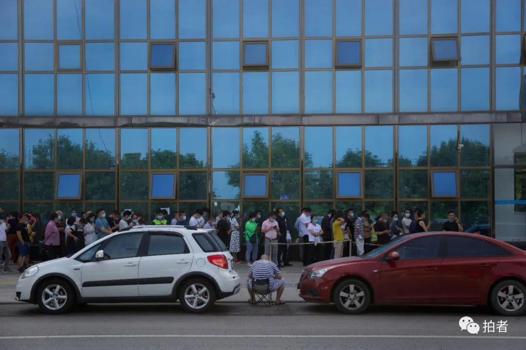 ▲6月30日,北京通州,大永在一家核酸檢測定點醫院外排隊,等待進行核酸檢測。