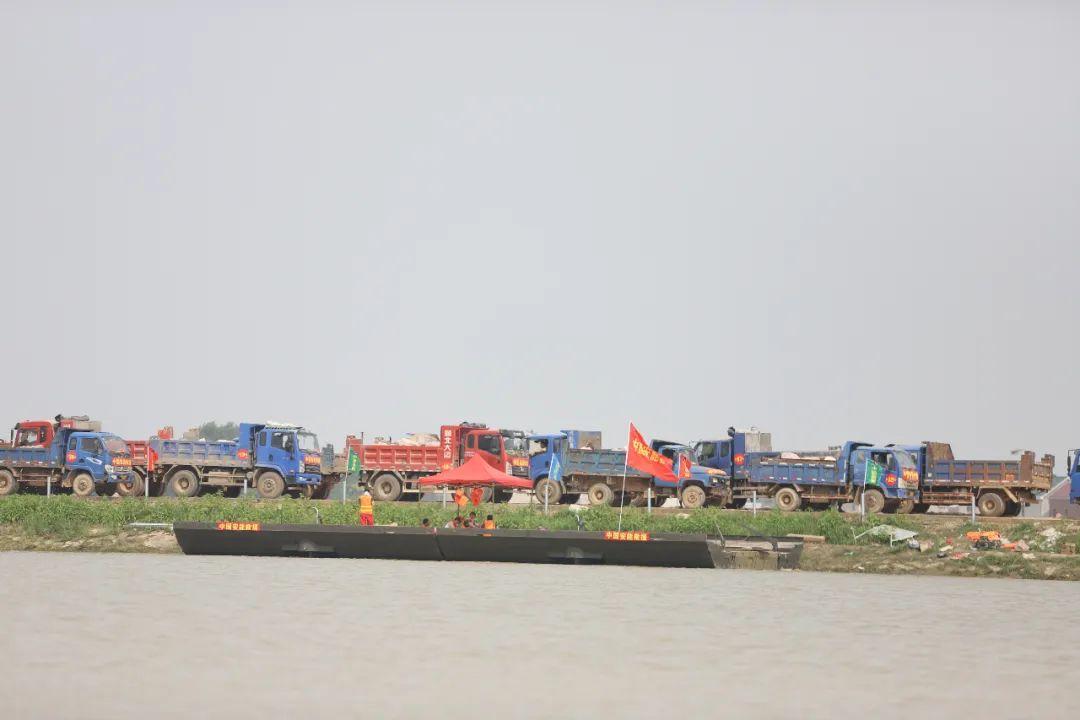 数十辆石料车排队等待倾倒。