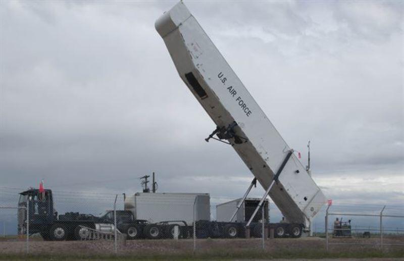 """美军使用导弹运输车将""""民兵""""3导弹装填到发射井内"""