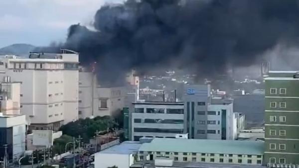 苹果供应商工厂发生火灾,两名被困员工送医治疗