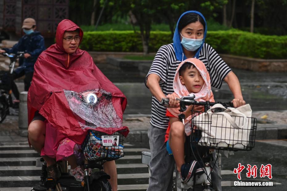 """广州开启""""开水""""模式暴雨与高温预警联"""