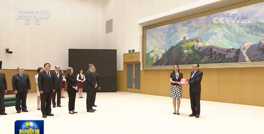 """总理李克强亲自颁发聘书 高层""""智囊团""""迎来新面孔"""