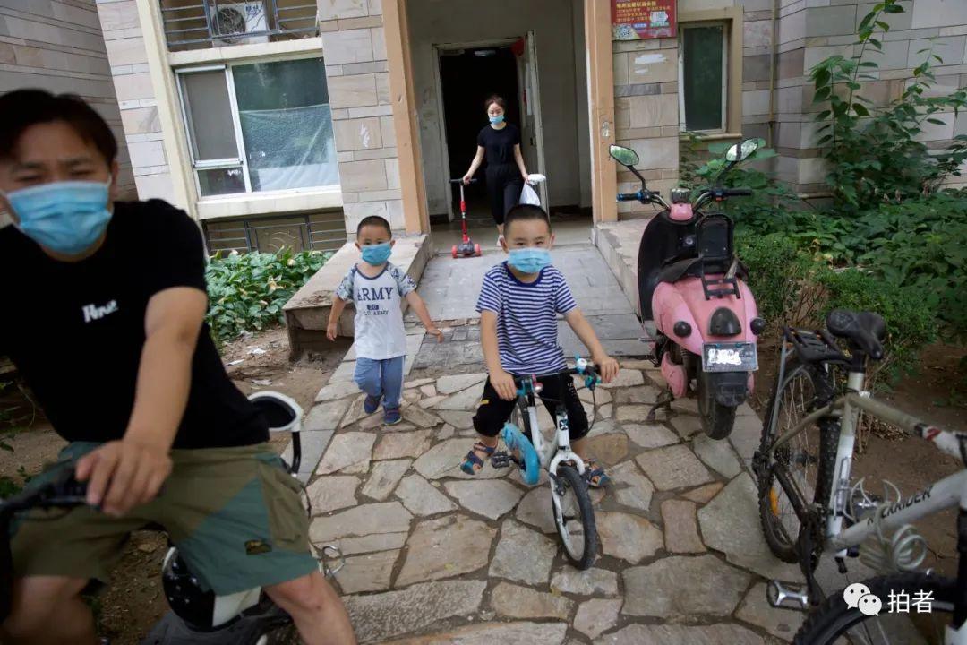 ▲7月11日,河北燕郊,大永與妻子帶著兩個兒子出門騎車。