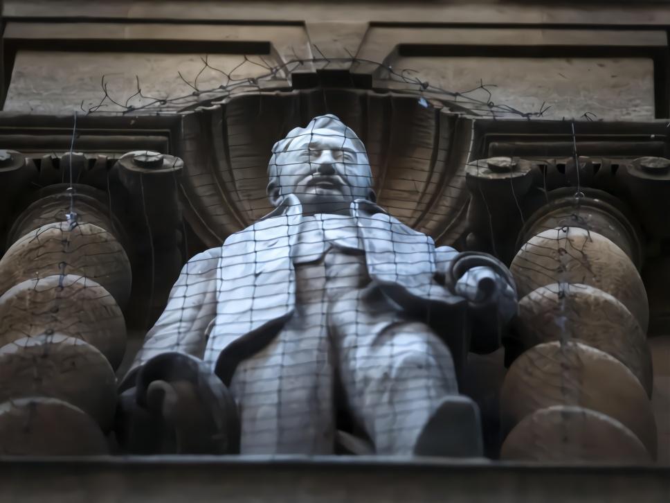 【程雪柔公交车外链】_历史清算?奴隶贩子雕像被扔后 数千人请愿移除英国殖民者雕像