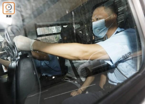 """被告被押往法院(图片来源:香港""""东网"""")"""