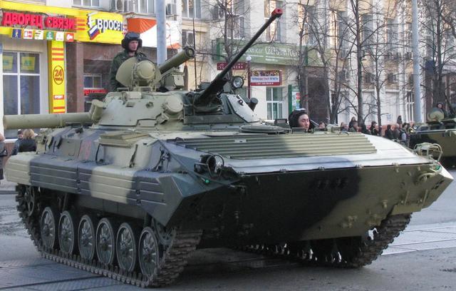 """俄军的57毫米""""榴弹发射器""""有多厉害?击穿M1A2侧面,单挑布莱德利"""