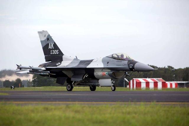 美空军终于不再隐藏,用F-22扮演歼-20,为何突然如此重视?