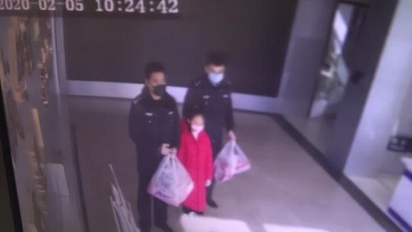 """女孩压岁钱买口罩:送给""""警察爸爸们"""""""