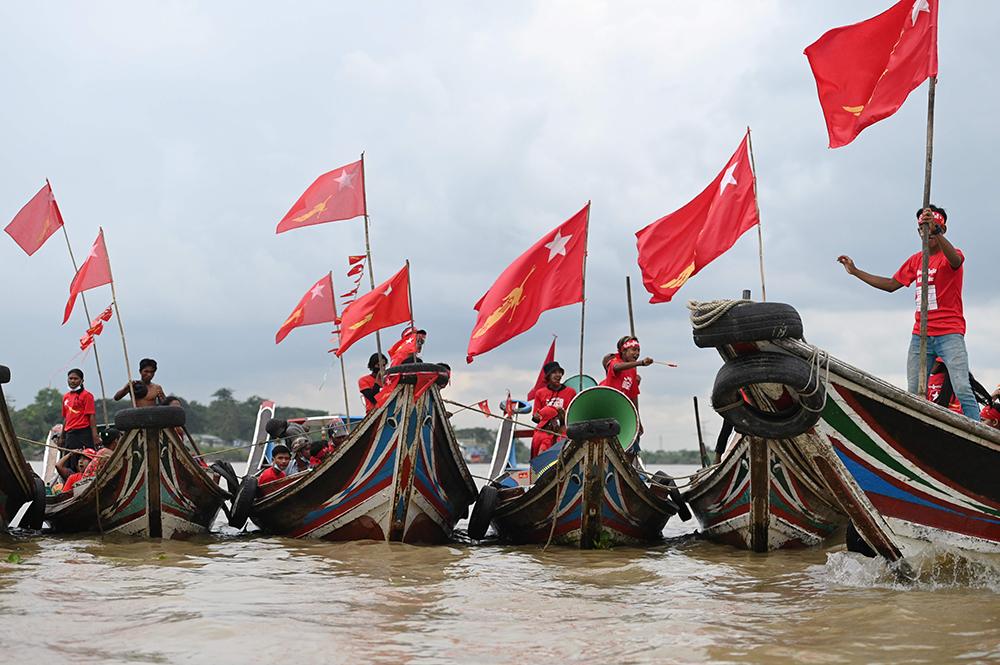 当地时间2020年10月28日,缅甸执政党全国民主联盟的支持者乘木船在仰光河举行竞选集会。