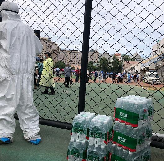 点赞!国安女球迷给医护人员送一车水,健健康康的等国安拿冠军
