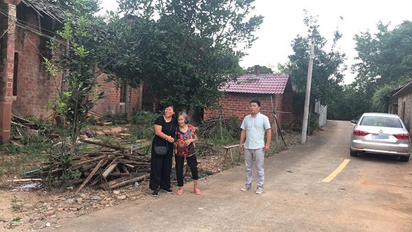 等在村口的张玉环母亲和他的前妻宋小女  本文图片均为澎湃新闻资深记者 卫佳铭 图