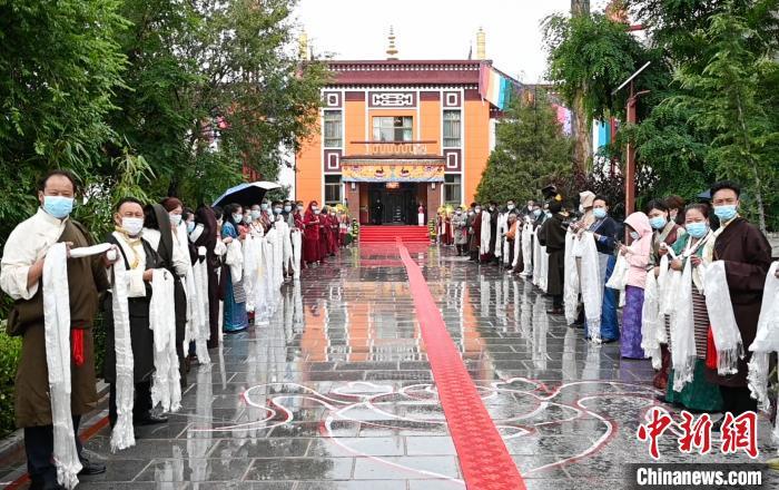 7月31日,在位于拉萨的雪林多吉颇章内,各族各界信众身着盛装、手捧哈达,列队欢迎班禅回藏。 何蓬磊 摄