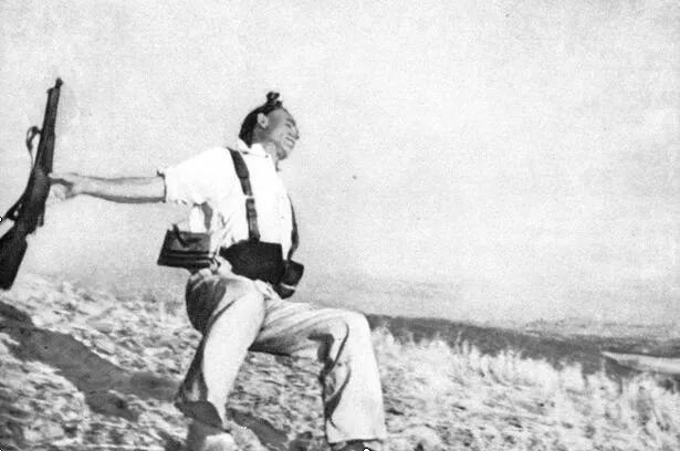 上图_ 《士兵之死》(西班牙内战 1936年) 罗伯特·卡帕 摄