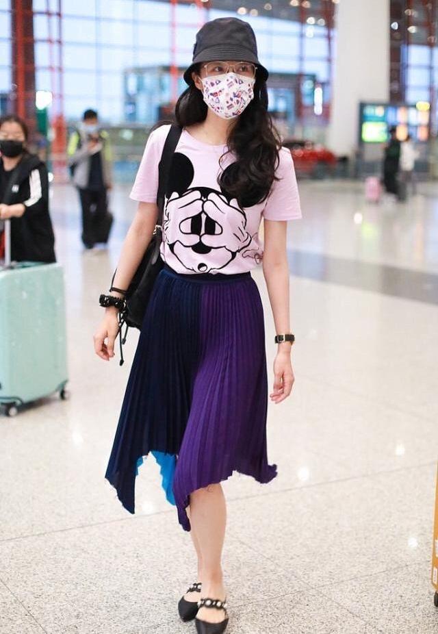"""韩雪是有多爱这条""""折扇裙"""",一连N次穿它走机场,想不注意都难"""