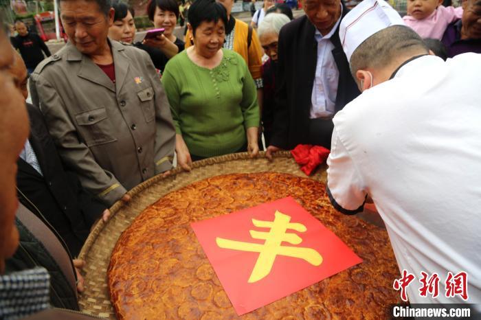 【快猫网址能吃吗】_重庆一商家做直径1米巨型月饼邀民众品尝